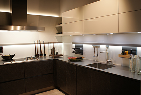 Dunkle Küche im Küchenstudio in Cottbus