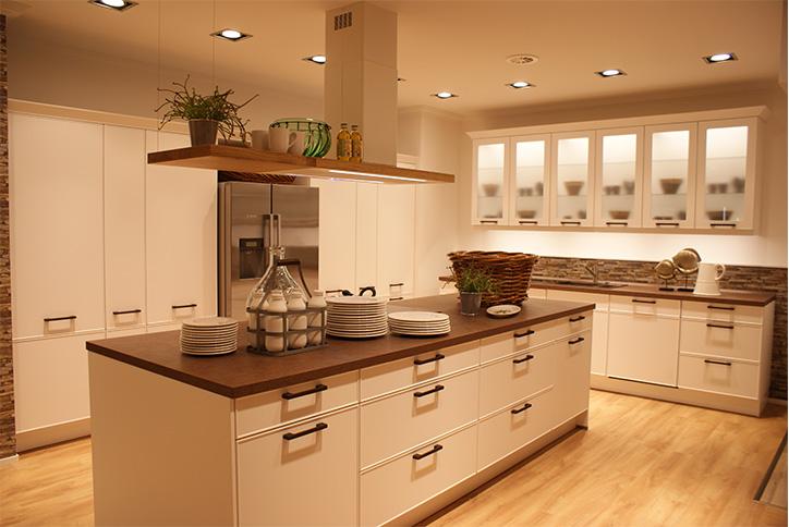 Landhausküche mit Kochinsel im Küchenstudio Cottbus