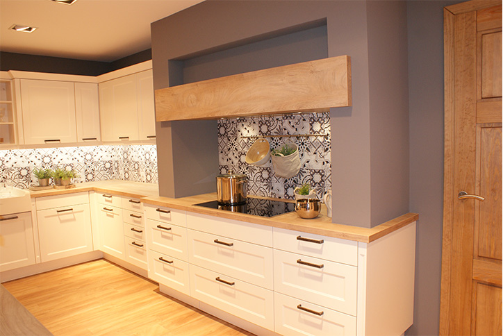 Landhausküche mit Mosaikfliesen im Küchenstudio Cottbus