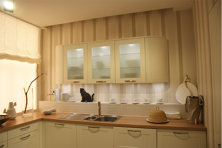 Landhausküche mit schwebenden Küchenschränken im Küchenstudio Cottbus
