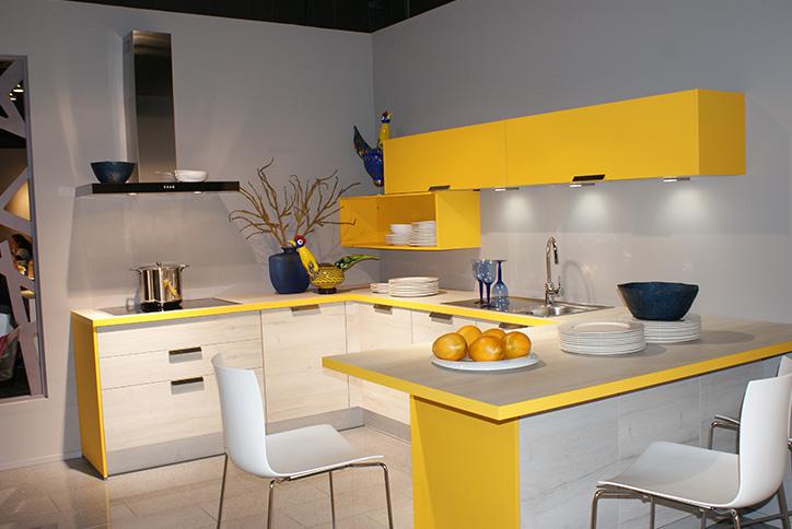 Moderne Küche in weiß und gelb im Küchenstudio Cottbus