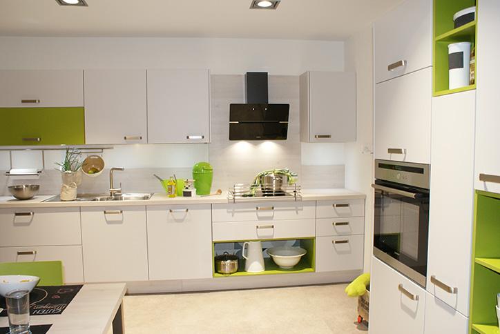 Moderne Küche in weiß mit grünen Elementen im Küchenstudio Cottbus