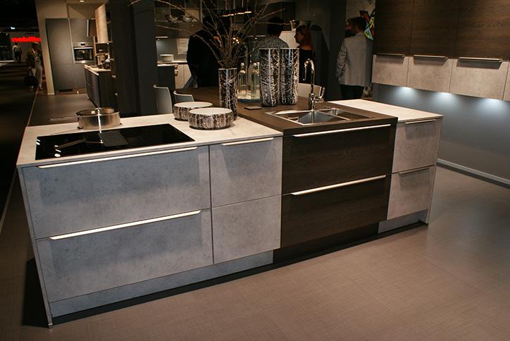 Moderne Kücheninsel in Beton und Holz-Optik im Küchenstudio Cottbus