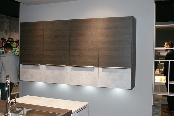Schwebeschränke in Holz und Beton-Optik für Küchen