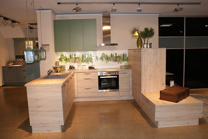 Traditionelle Küche mit hellem Holz im Küchenstudio Cottbus