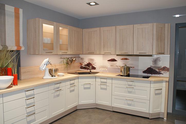 Weiße Küche im Küchenstudio Cottbus mit hellem Holz im traditionellem Stil