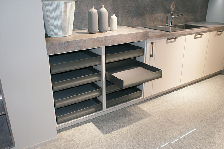 Moderne, offene Schubfächer in Küche