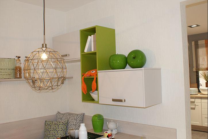Moderne, schwebende Schrankelemente und Regale für den Küchenbereich