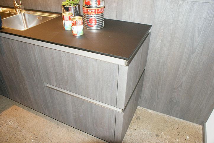 Verstaumöglichkeiten in einer Küchenarbeitszeile im Küchenstudio Cottbus