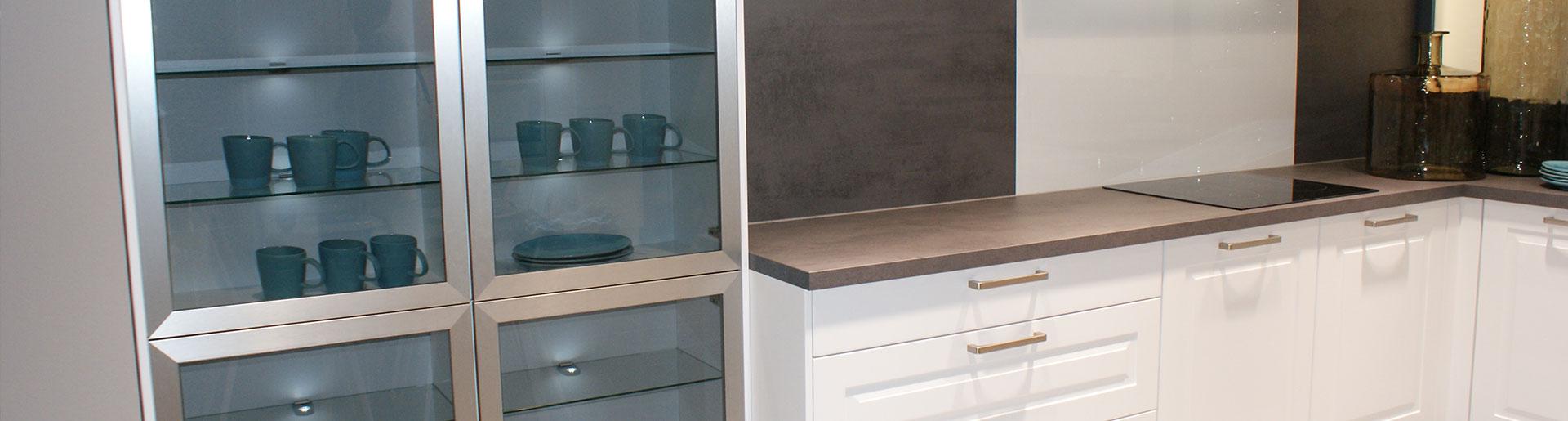 Weiße Küche mit Glasvitrine im Küchenstudio Cottbus