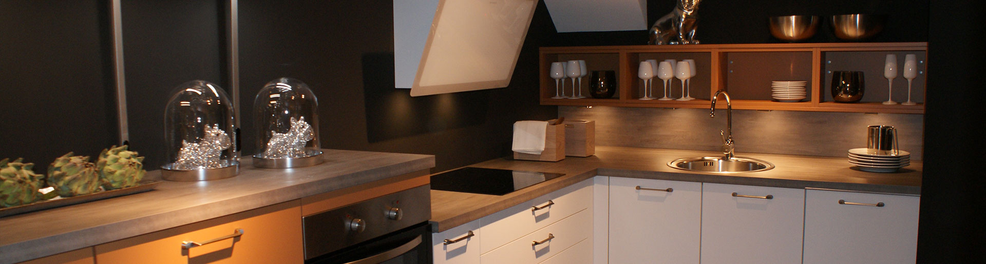 Weiße Küche mit Holzarbeitsfläche im Küchenstudio Cottbus