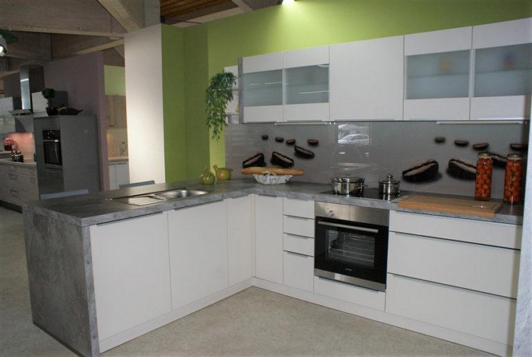 Weiße U-Küche mit grauen Arbeitsflächen im Küchenstudio Cottbus