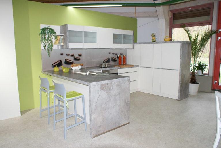 Weiße U-Küche Bar zum sitzen mit grauen Arbeitsflächen im Küchenstudio Cottbus