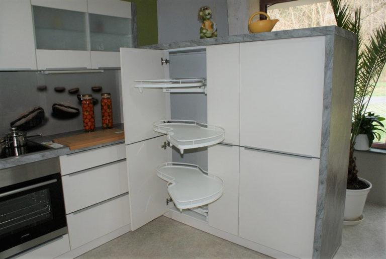 Auszugschränke in einer U-Küche im Küchenstudio Cottbus