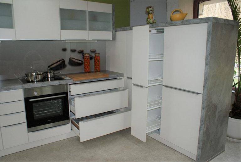 Auszugschränke Schubladen in einer U-Küche im Küchenstudio Cottbus
