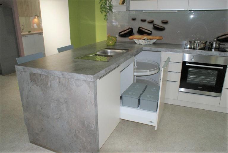 Weiße U-Küche Schubfächer mit grauen Arbeitsflächen im Küchenstudio Cottbus