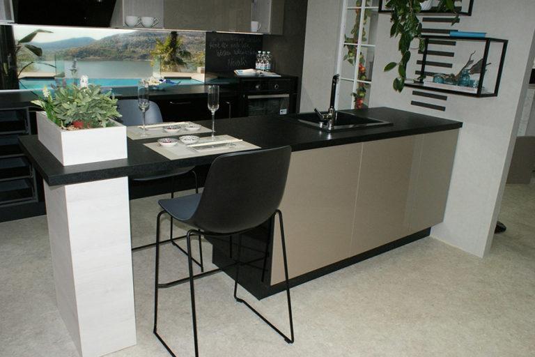 Angebotsküche Xeno Bar Sitzmöglichkeit Küchenstudio Cottbus